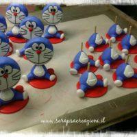 Un esercito di Doraemon in miniatura: storia di un battesimo