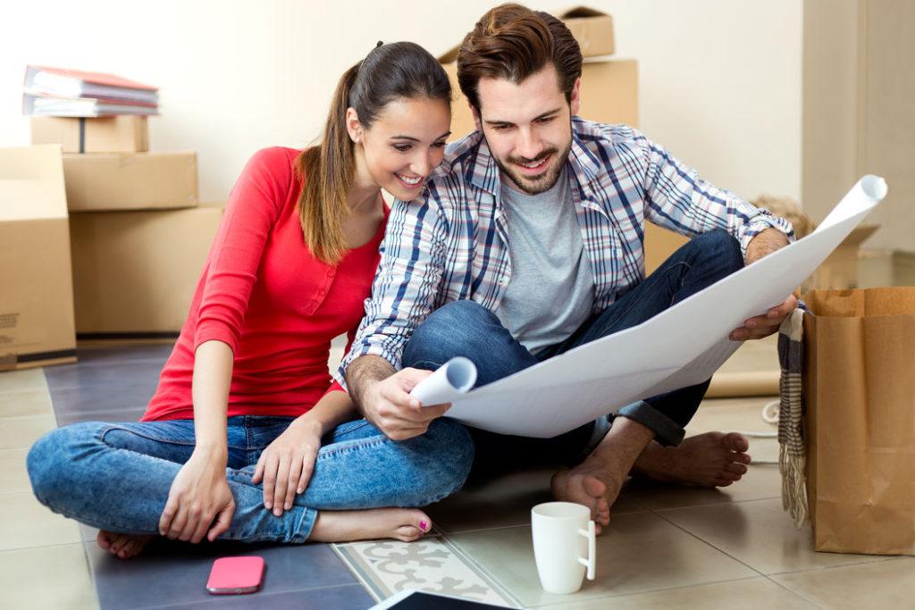 giovane coppia che progamma il matrimonio, quanto costa un wedding planner