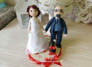 cake topper sposi con cane e fiocco rosso