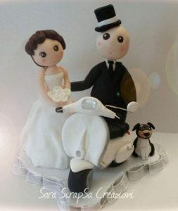 cake topper sposi in moto con vespa