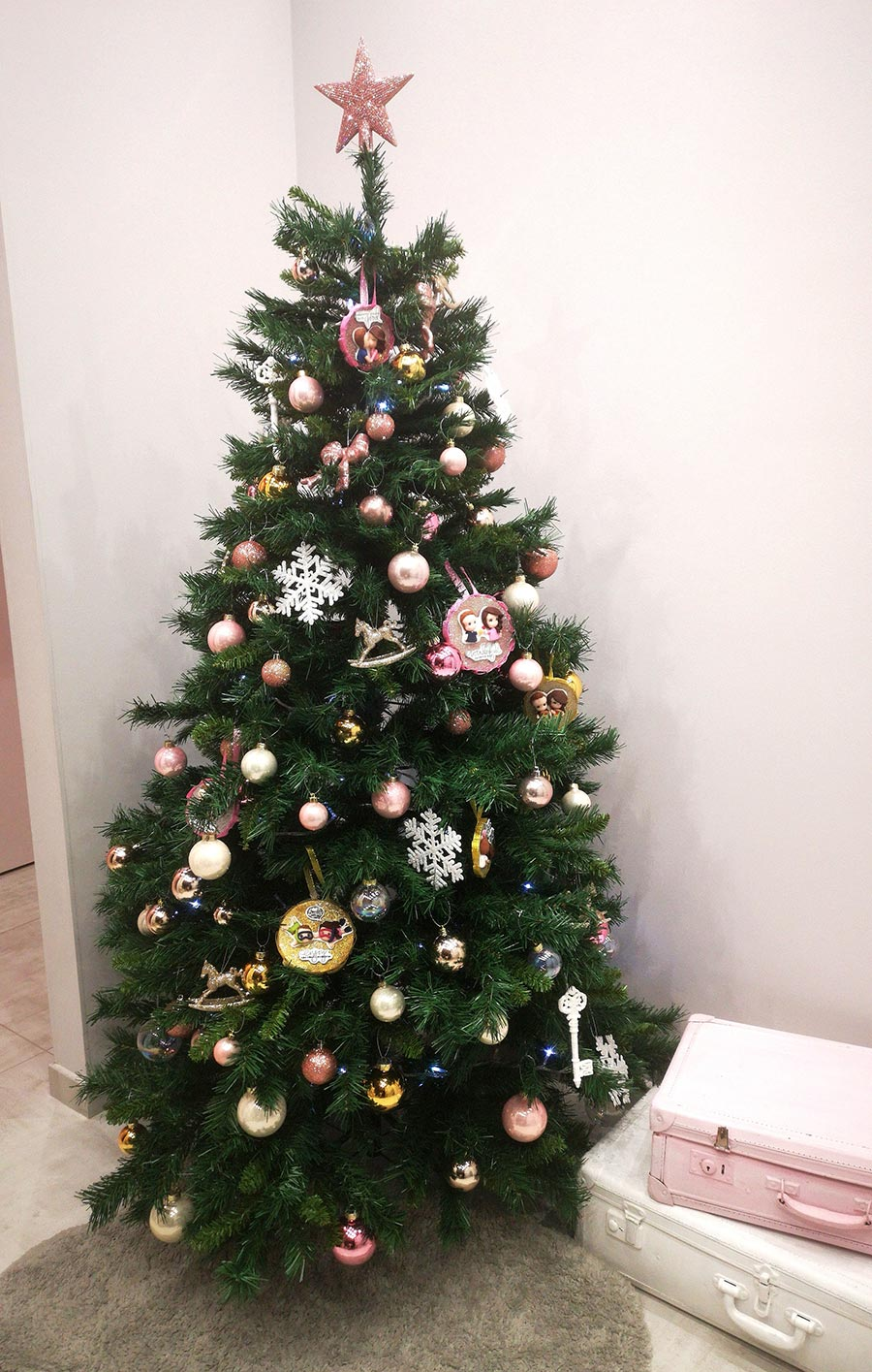 albero di natale con palle natalizie originali