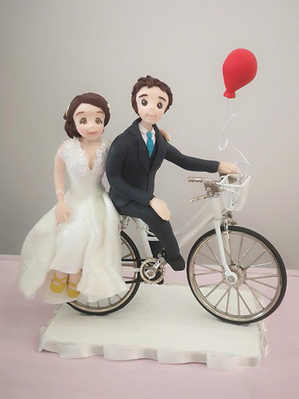cake topper sposi romantici in bicicletta