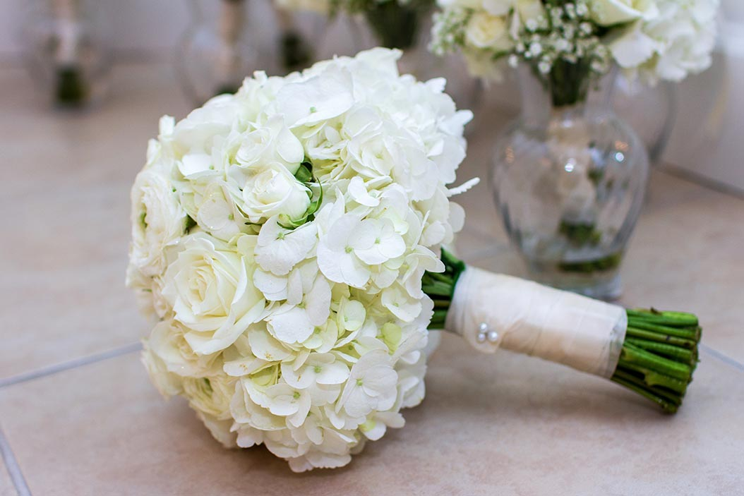bouquet sposa rose bianche con spilla antica
